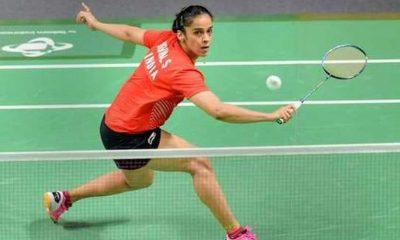 नई दिल्ली. टोक्यो ओलिंपिक (Tokyo Olympic) के लिए क्वालिफाई करने के लिए संघर्ष कर रहे भारत के स्टार बैडमिंटन खिलाड़ी कीदांबी श्रीकांत (Kidambi Srikanth) और सायना नेहवाल (Saina Nehwal) एक बार फिर रैंकिंग में सुधार करने में नाकाम रहे. लंदन (London) में खेली जा रही ऑल इंग्लैंड चैंपियनशिप (All England Championship) में दोनों ही खिलाड़ी पहले दौर में बाहर हो गए. पुरुष एकल में श्रीकांत (Srikanth) अपने पहले दौर की बाधा नहीं पार सके. श्रीकांत (Srikanth) को वर्ल्ड नंबर तीन चीन के चेन लोंग (Chen Long) के हाथों 43 मिनट तक चले मुकाबले में 15-21, 16-21 से हार झेलनी पड़ी. सायना नेहवाल हुई टूर्नामेंट से बाहर वहीं सायना नेहवाल (Saina Nehwal) को पूर्व वर्ल्ड नंबर एक खिलाड़ी आकाने यामागुची (Akane Yamaguchi) ने केवल 28 मिनट में ही टूर्नामेंट से बाहर कर दिया. सायना नेहवाल को जापान की खिलाड़ी ने 11-21,8-21 से मात दी और अगले दौर में जगह बनाई. सायना नेहवाल अब तक दस बार यामागुची का सामना कर चुकी हैं लेकिन दो ही बार जीत हासिल कर पाई हैं. सायना के अलावा परूपल्ली कश्यप भी पहले ही राउंड में बाहर हो गए. कश्यप का मुकाबला इंडोनेशिया के शेशसार हिरेन से था लेकिन वह कोर्ट पर केवल तीन मिनट बिताकर ही रिटायर हर्ट हो गए. मिश्रित युगल में प्रणव जेरी चोपड़ा और एन सिक्की रेड्डी की जोड़ी को टॉप सीड चीनी ताइपे के सी वेई झेंग और या क्यिोंग हुआंग की जोड़ी से 13-21, 21-11, 17-21 से हार का सामना करना पड़ा. लक्ष्य सेन और पीवी सिंधु ने हासिल की जीत पुरुष सिंगल्स वर्ग में युवा खिलाड़ी लक्ष्य सेन अकेले भारतीय रहे जिन्होंने पहले दौर में जीत हासिल की. लक्ष्य सेन ने चीन के ली चियुक को एक घंटे तक कड़े मुकाबले में 17-21, 21-19, 21-8 से मात दी. लक्ष्य पहली बार ऑल इंग्लैंड चैंपियनशिप में हिस्सा ले रहे हैं और यह उनका डेब्यू मैच था. अगले दौर में लक्ष्य का सामना डेनमार्क के दिग्गज खिलाड़ी विक्टर एक्सलेसन से होगा. महिला सिंगल्स में पीवी सिंधु (PV Sindhu) ने बुधवार को अमेरिका की बेइवेन झेंग को सीधे गेम में हराकर महिला सिंगल्स के दूसरे दौर में जगह बनाई. छठी वरीय और दुनिया की छठे नंबर की खिलाड़ी सिंधु (PV Sindhu) ने दुनिया की 14वें नंबर की अमेरिकी खिलाड़ी को 42 मिनट चले मुकाबले में 21-14 21-17 से हरा दूसरे गेम में दोनों खिलाड़ियों 